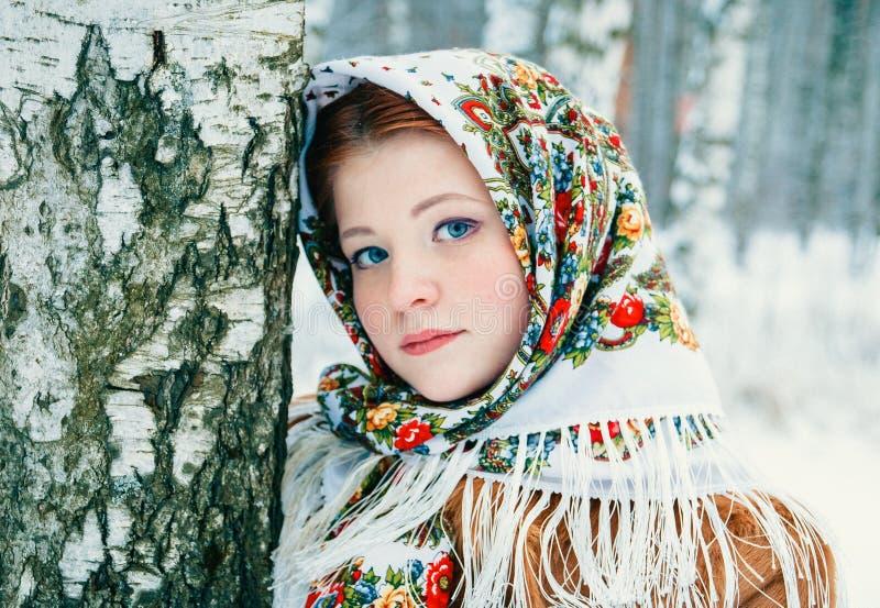 Ragazza in un foulard alle betulle fotografie stock libere da diritti
