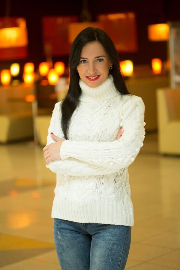 Ragazza in un maglione bianco fotografie stock