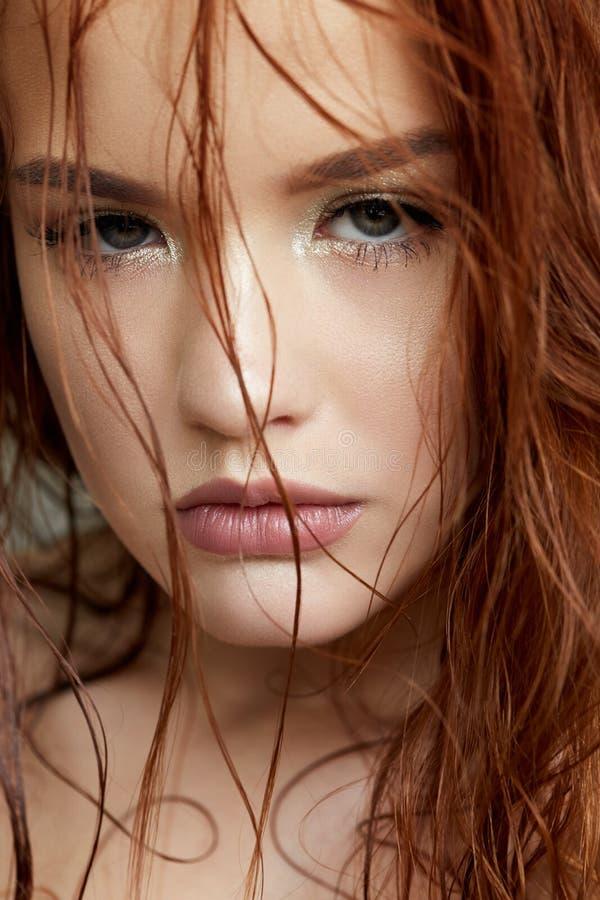Ragazza in un modo delicato e nei capelli rossi Bello modello con pelle brillante e trucco nudo Ritratto della primavera Fronte d immagine stock libera da diritti