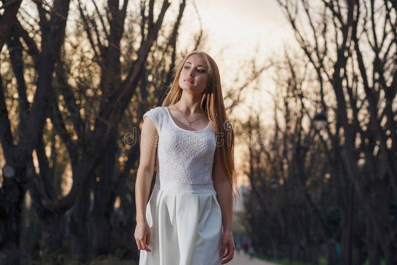 Ragazza in un vestito bianco nella notte di mistero della foresta leggiadramente immagini stock libere da diritti