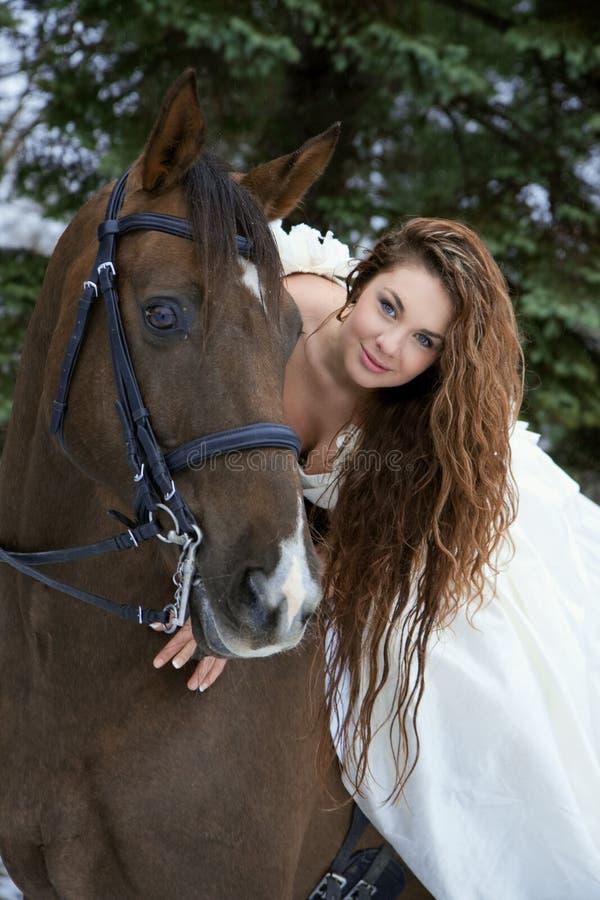 Ragazza in un vestito bianco su un cavallo immagini stock