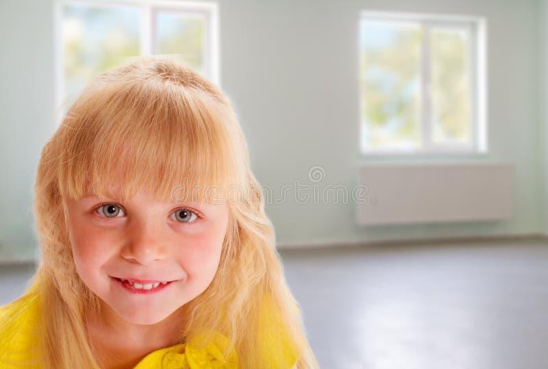 Ragazza in un vestito giallo fotografia stock libera da diritti