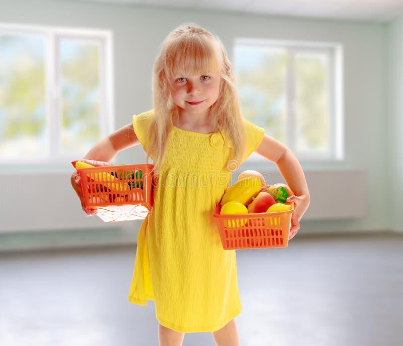 Ragazza in un vestito giallo fotografie stock libere da diritti