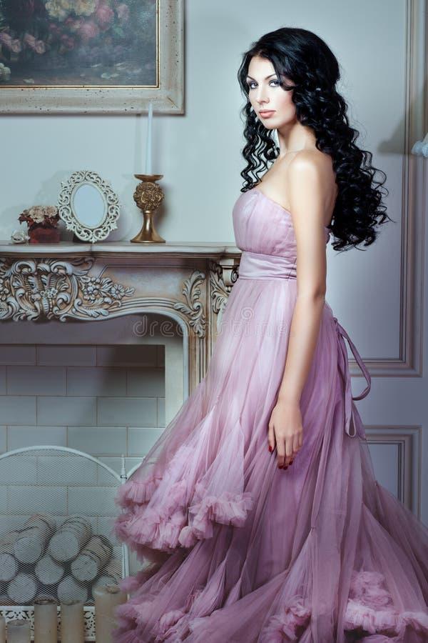 Ragazza in un vestito rosa magnifico fotografia stock