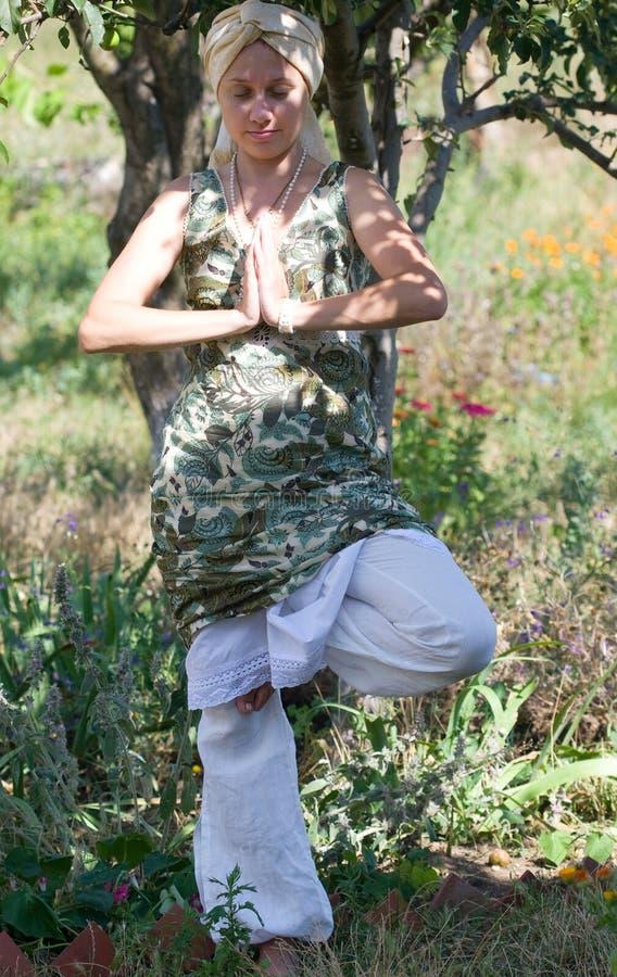 Ragazza in una posa di yoga fotografia stock