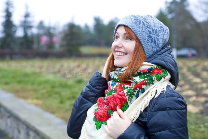 Ragazza in una sciarpa ucraina luminosa fotografia stock - Colorazione immagine di una ragazza ...