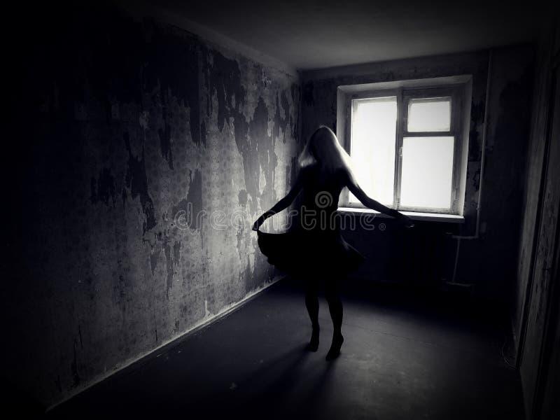 Ragazza in una stanza terrificante abbandonata immagini stock libere da diritti