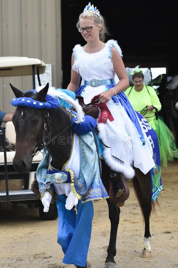 Ragazza vestita come principessa Riding un cavallo immagine stock