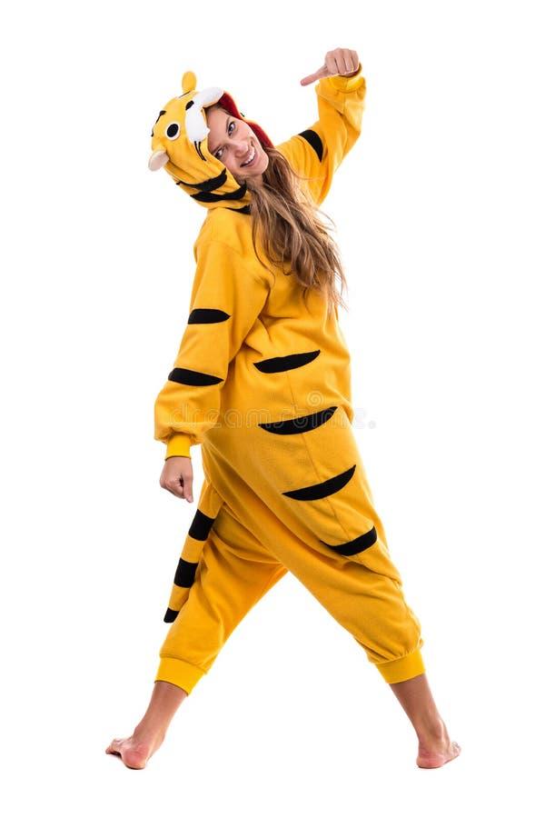 Ragazza vestita come tigre con i pollici su, isolato su bianco in integrale immagini stock libere da diritti