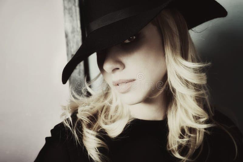 Ragazza vestita in vasto cappello nero immagine stock libera da diritti