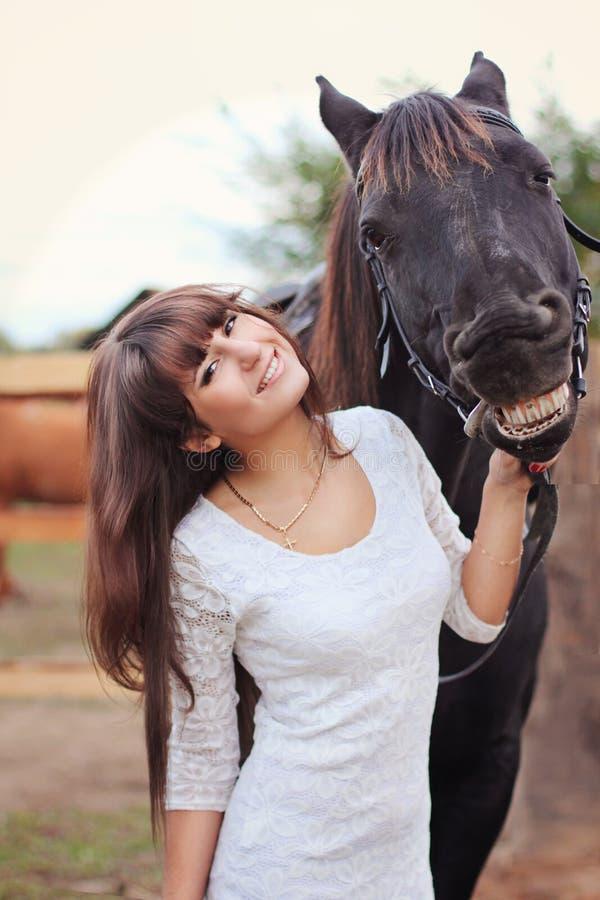Ragazza in vestito bianco con il cavallo fotografia stock libera da diritti