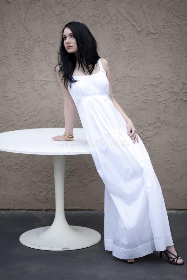 Ragazza in vestito bianco lungo immagine stock libera da diritti