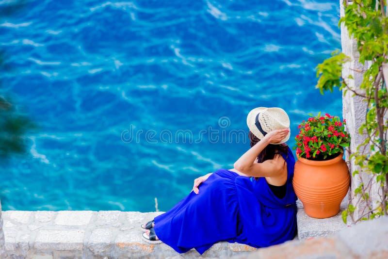 Ragazza in vestito blu in città dell'isola della hydra fotografie stock