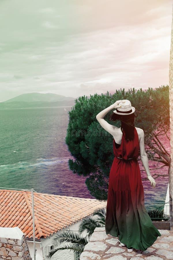 Ragazza in vestito blu in città dell'isola della hydra fotografia stock libera da diritti