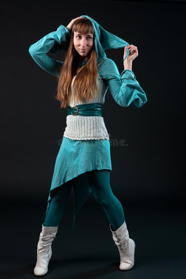 Ragazza in vestito blu con il cappuccio del Goblin fotografia stock