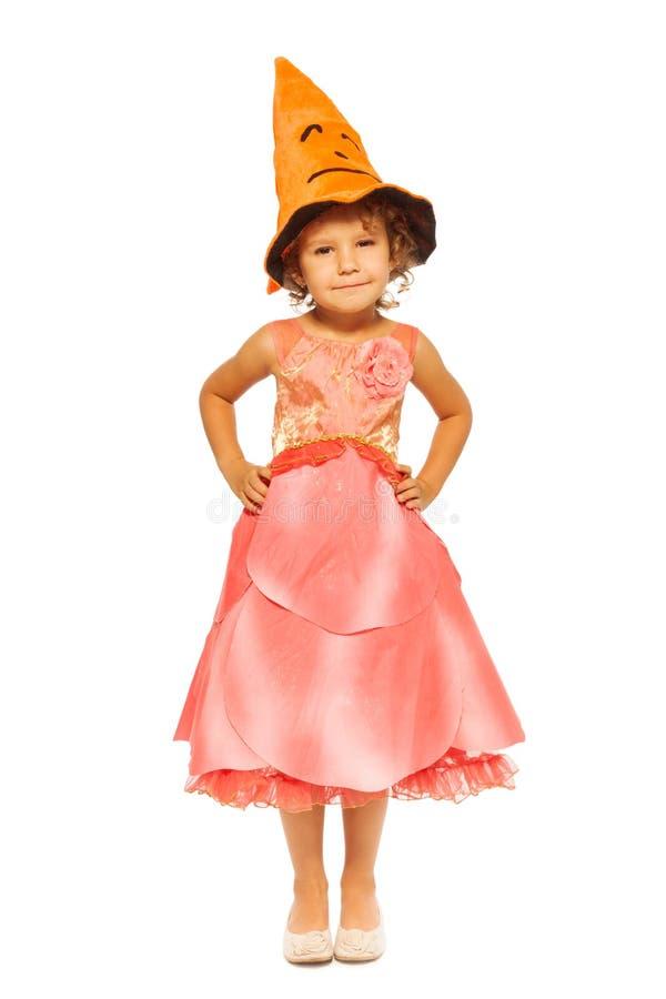 Ragazza in vestito con il cappello arancio di Halloween immagini stock