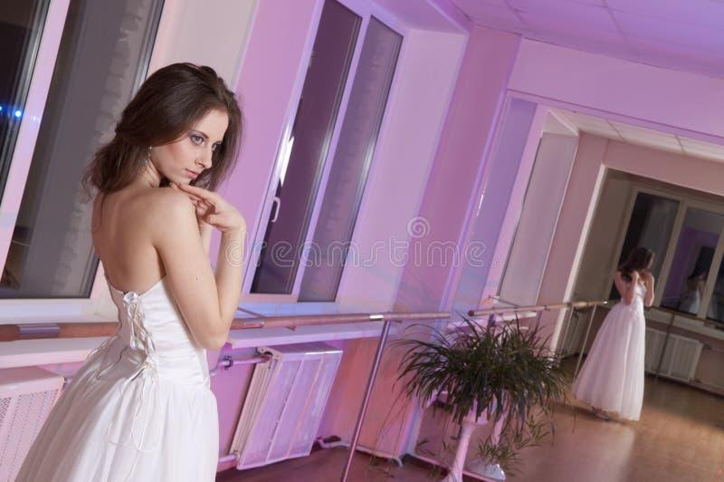 Ragazza in vestito da cerimonia nuziale fotografia stock
