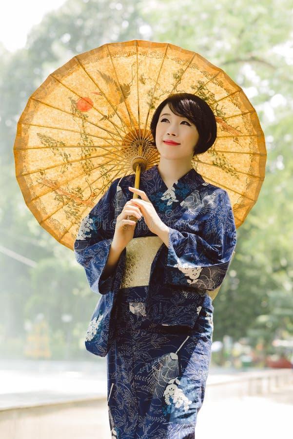 Ragazza in vestito da yukata fotografie stock libere da diritti