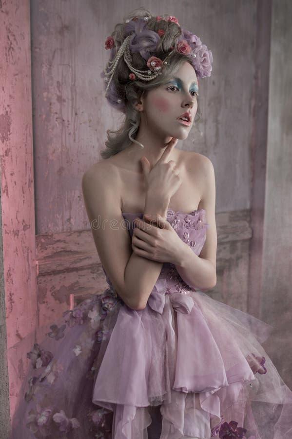 Ragazza in vestito e fiori porpora in capelli immagine stock libera da diritti