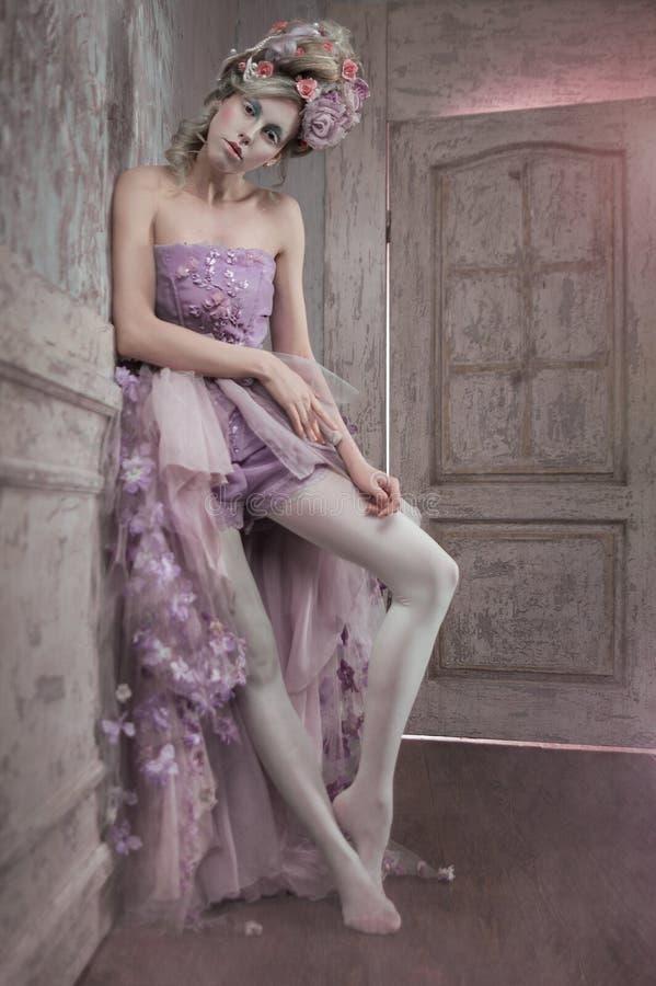 Ragazza in vestito e fiori porpora in capelli fotografie stock libere da diritti