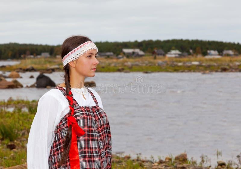 Ragazza in vestito nazionale alla riva di mare fotografie stock