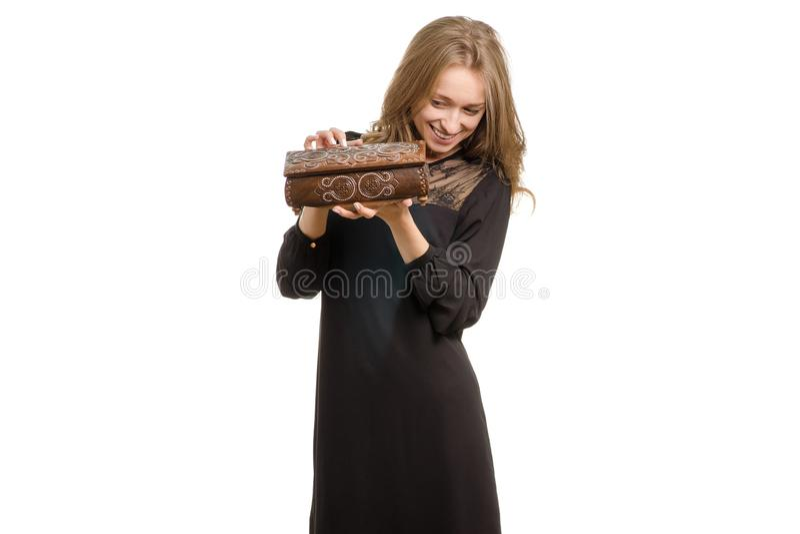 Ragazza in vestito nero con il contenitore di gioielli fotografia stock libera da diritti