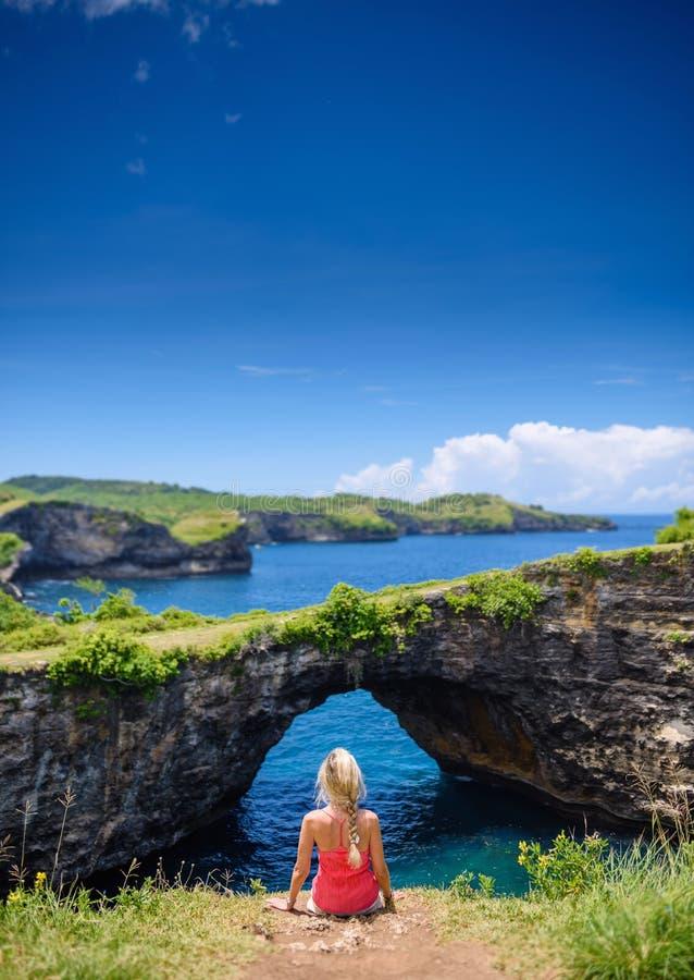 Ragazza in vestito rosso al penida rotto di Pasih Uugon nusa della spiaggia, Bali 4 immagine stock libera da diritti