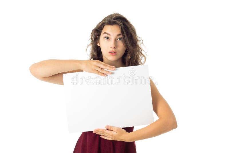Ragazza in vestito rosso con il cartello bianco immagini stock libere da diritti