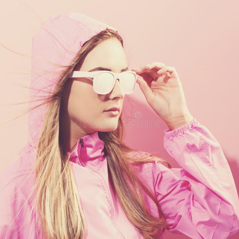 Ragazza in vetri dipinti d'avanguardia in rivestimento rosa immagini stock