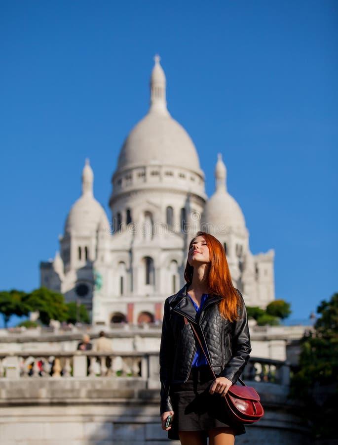 Ragazza vicino alla basilica del cuore sacro di Parigi fotografia stock