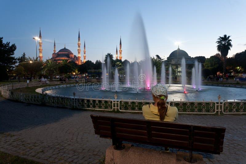 Ragazza vicino alla moschea blu - Costantinopoli. fotografia stock