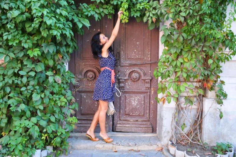Ragazza vicino alla vecchia porta con la vite immagine - La vecchia porta ...