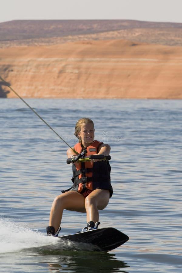 Ragazza Wakeboarding nel lago Powell immagini stock libere da diritti
