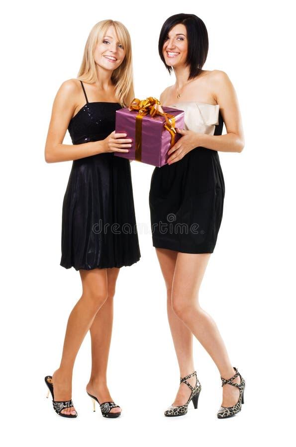 Ragazze abbastanza festive con un contenitore di regalo fotografia stock