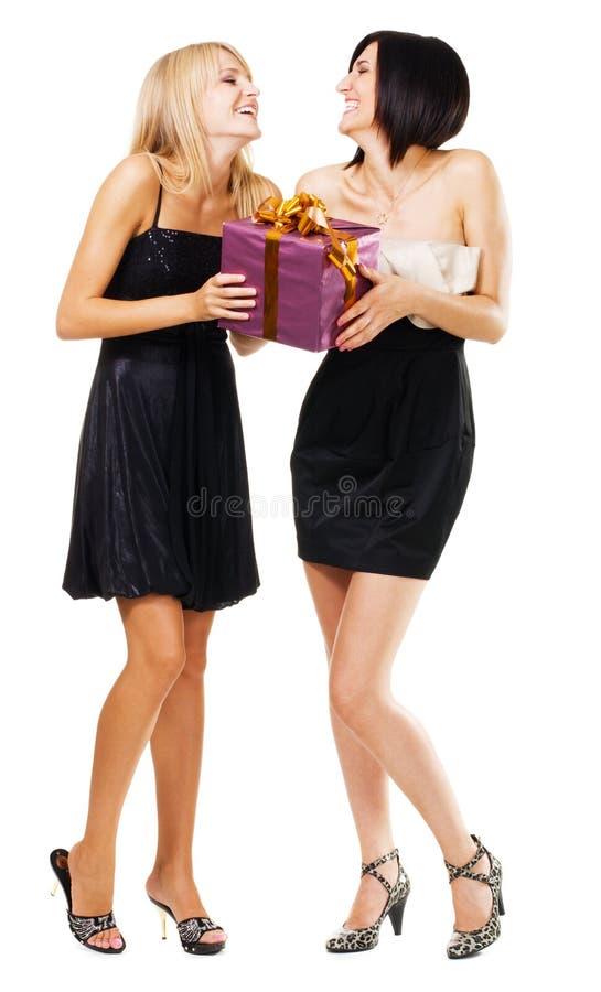 Ragazze abbastanza festive con un contenitore di regalo fotografie stock
