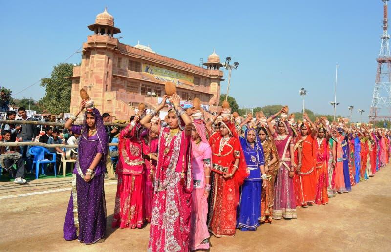 Ragazze in abito tradizionale, festival del cammello, Bikaner per il karash di religione immagine stock