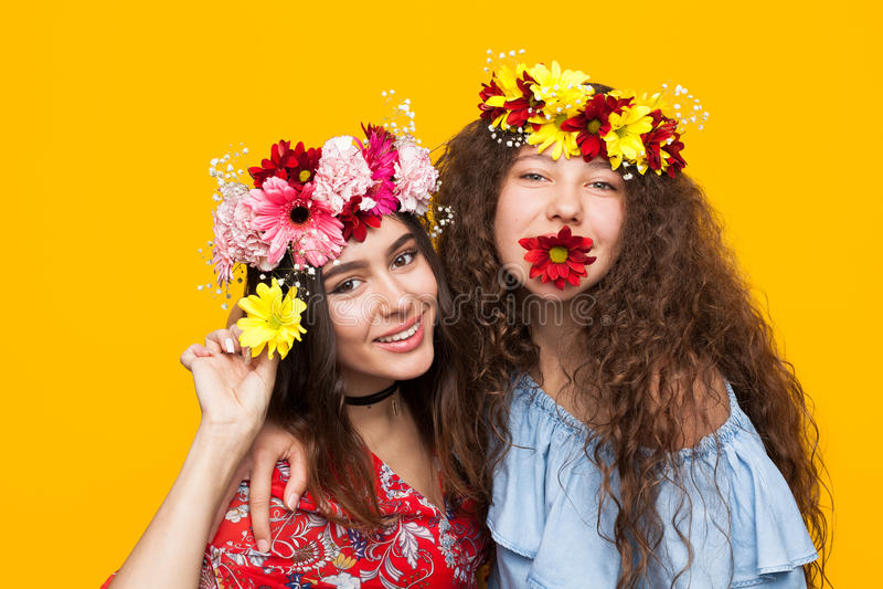 Ragazze allegre che posano con i fiori fotografia stock