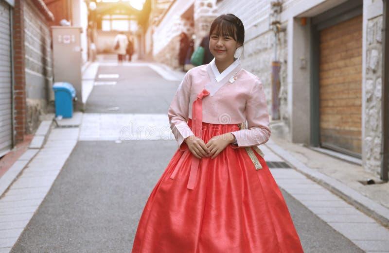 Ragazze asiatiche che indossano hanbok che è un vestito nazionale coreano fotografie stock libere da diritti