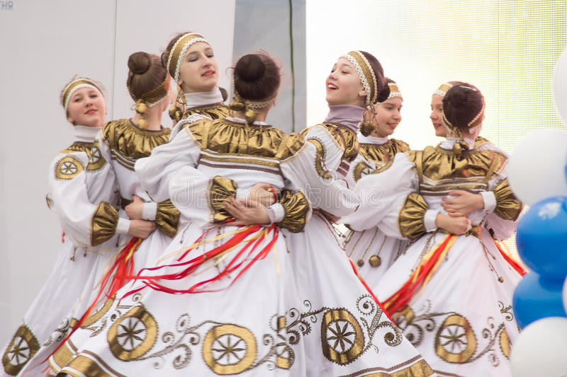 Ragazze che ballano in scena ad un concerto immagini stock