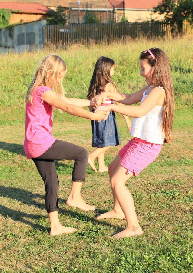 Ragazze che ballano sull'erba fotografie stock libere da diritti