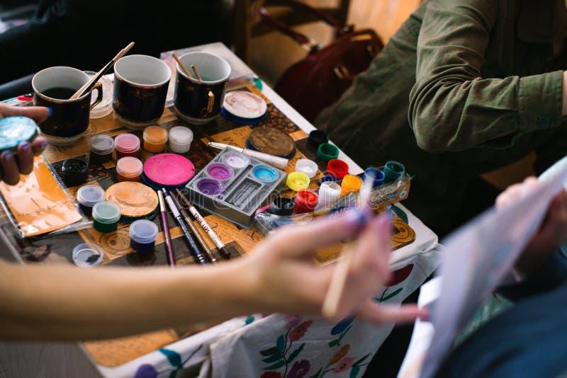 Ragazze che dipingono i fronti ai bambini una classe matrice all'apertura di un centro in Cerkasy, Ucraina del ` s dei bambini, i fotografia stock