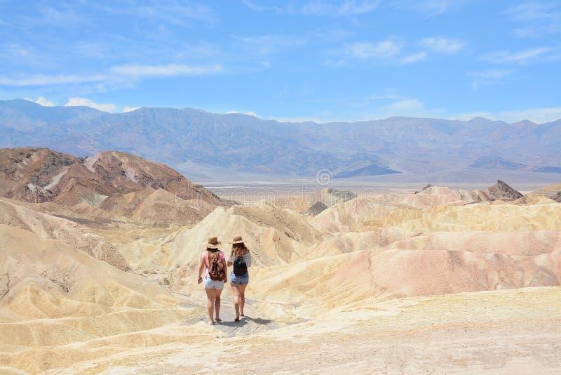 Ragazze che fanno un'escursione nelle montagne immagine stock