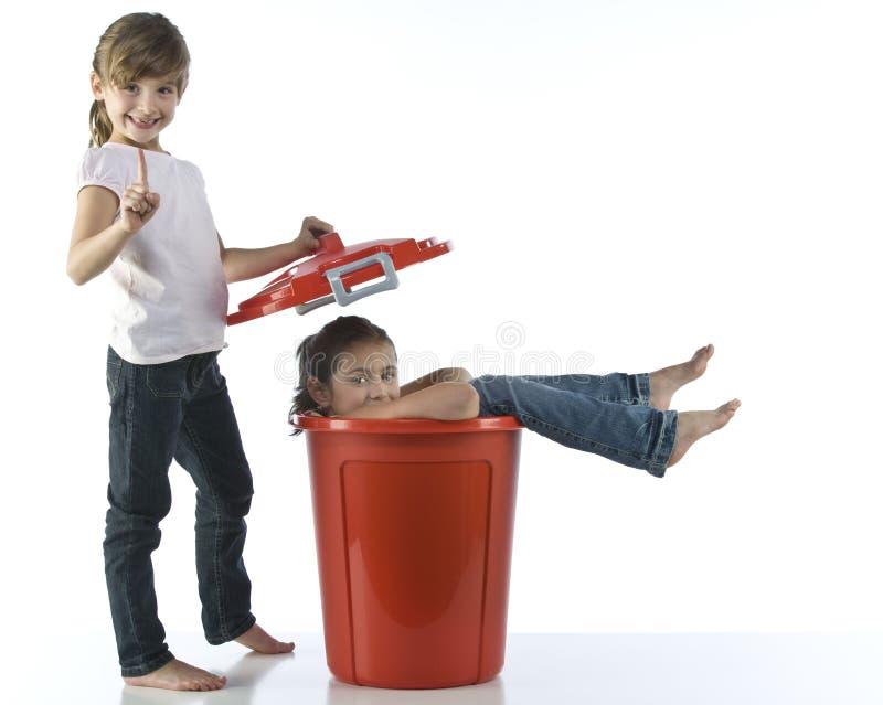 Ragazze che giocano con lo scomparto rosso fotografie stock libere da diritti