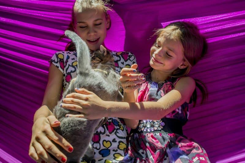 Ragazze che giocano nell'iarda sulla festa della mamma fotografia stock libera da diritti