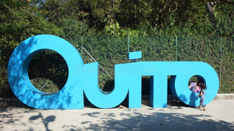 Ragazze che giocano nelle lettere giganti che formano la parola QUITO nella La Carolina Park nel Nord della città di Quito fotografia stock libera da diritti