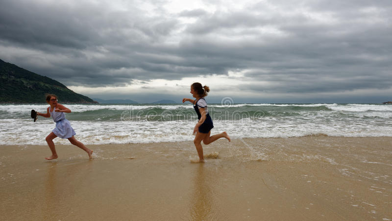 Ragazze che giocano sulla spiaggia, Da Nang, Vietnam immagini stock libere da diritti