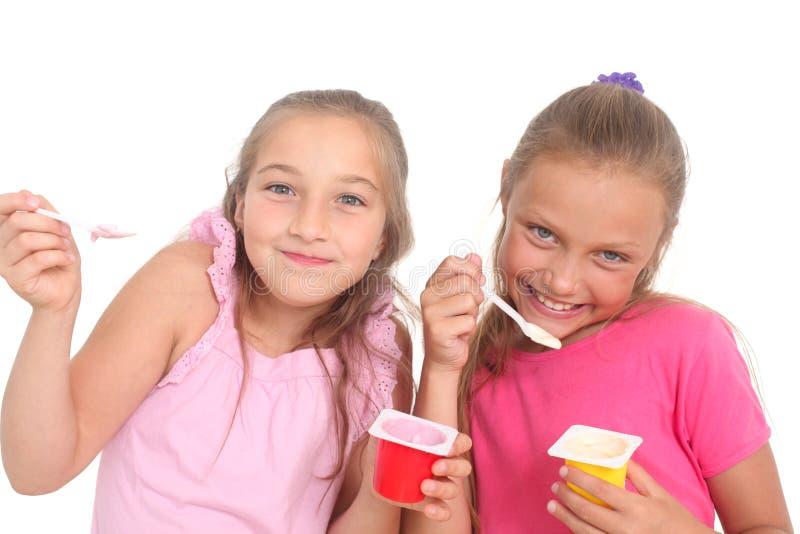 Ragazze che mangiano yogurt fotografie stock libere da diritti