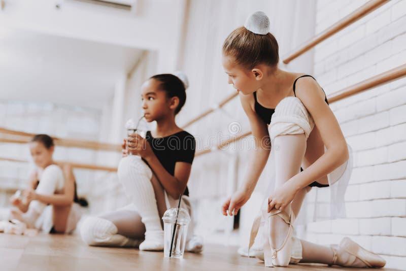 Ragazze che preparano per il balletto che si prepara all'interno fotografia stock