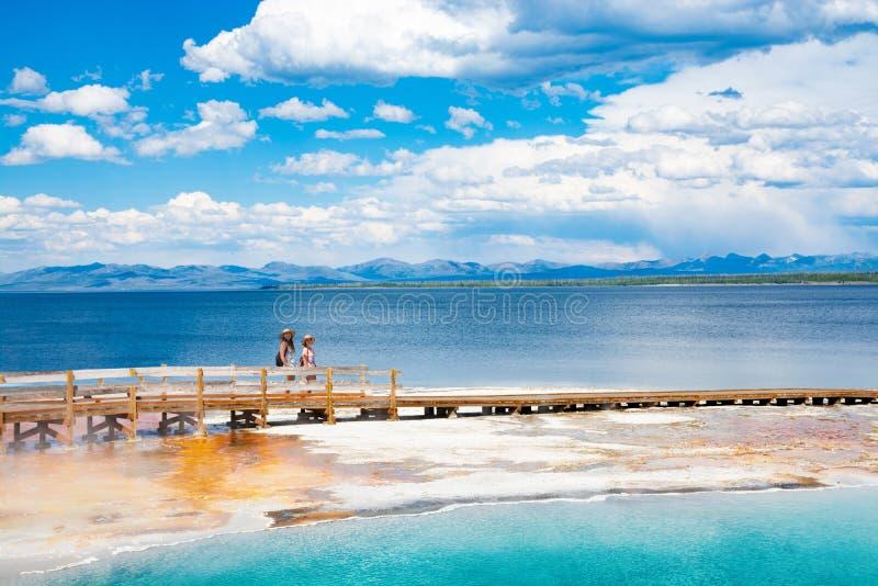 Ragazze che si rilassano e che godono di bella vista della sorgente di acqua calda della vacanza che fa un'escursione viaggio immagine stock libera da diritti
