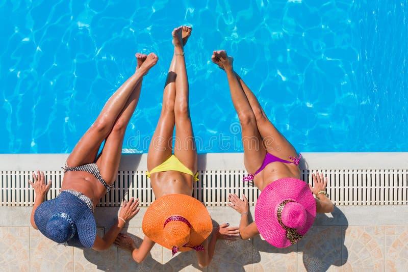 Ragazze che si rilassano in una piscina immagine stock libera da diritti